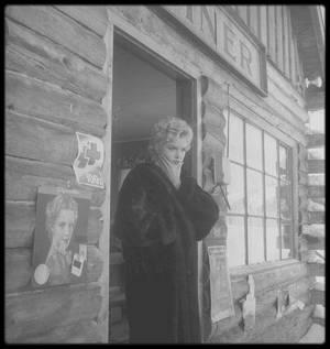 """1956 / Sun-Valley, en Idaho, lors du tournage d'une scène du film """"Bus stop"""", Marilyn doute, rongée sans cesse par le trac et toujours la peur de ne pas y arriver, de na pas jouer juste, comme elle le disait elle-même... aux côtés de Milton GREENE, sous l'objectif de Bob BEERMAN."""