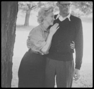 """29 Juin 1956 / Marilyn et MILLER sont heureux en ce jour d'été, annonçant à Roxbury leur prochain mariage civil à la presse (notamment à des journalistes du magazine """"Paris Match"""", voir tag pour + d'infos sur cet article)... Le couple est entouré des parents de MILLER, Isadore et Augusta."""