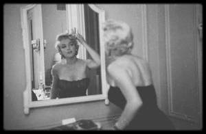 """Septembre 1954 / Conférence de presse au """"St Regis Hotel"""", à new-york, lors de sa venue dans la ville pour annoncer les débuts des extérieurs de tournage du film """"The seven Year itch"""", avant d'aller voir la pièce de théâtre """"The pajama game"""", et de finir au """"Club 21"""", sous l'objectif de Sam SHAW."""