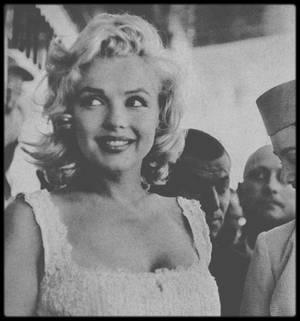 """2 Juillet 1957 / (Part IV) Marilyn arrive en hélicoptère le 2 juillet 1957 à New York, en provenance de sa résidence d'été à Amagansett, mais avec deux heures et demie de retard, pour participer à la cérémonie marquant le début de construction d'un nouvel immeuble, le """"Sidewalk Superintendents Club"""" au """"ROCKEFELLER Center"""". D'ailleurs Lawrence D. ROCKEFELLER, membre et directeur du """"ROCKEFELLER Center"""", qui devait acceuillir Marilyn à son arrivée, est finalement parti pour un rendez vous de déjeuner, après avoir attendu plus de deux heures, juste cinq minutes avant l'arrivée de Marilyn. ROCKEFELLER déclara : """"Je n'ai jamais attendu aussi longtemps dans ma vie pour qui que ce soit"""". Marilyn s'est ensuite rendue en plein centre de New York pour allumer la mèche d'un bâton de dynamite, marquant l' inauguration de l'historique site """"Time & Life building""""."""