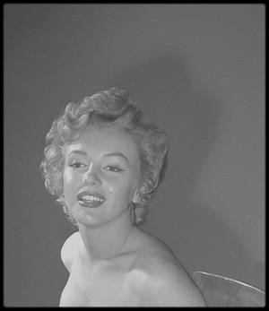 "1952 / PORTRAITS /  Marilyn sous l'objectif du photographe Earl THEISEN, alors qu'elle tourne le film ""We're not married""."
