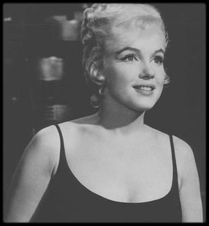 """1960 / Marilyn lors des répétitions d'une scène du film """"Let's make love""""."""