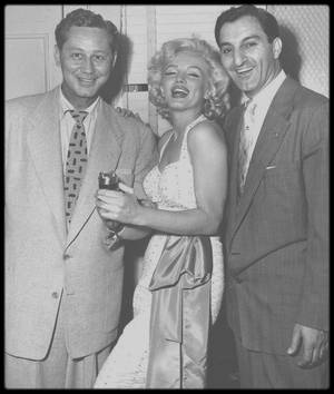 """26 Juin 1953 / (Part VI) / EVENT / Quand Marilyn et Jane apposent leurs empreintes de mains et de pieds pour la postérité dans le ciment frais du trottoir du """"Grauman's Chinese Theatre"""", suite au succès du film """"Gentlemen prefer blondes""""."""