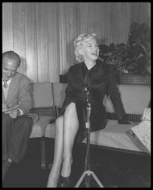 """27 Février 1956 / NEWS and RARES / Marilyn débarque de New-York pour Hollywood afin de débuter les scènes de tournage en studio du film """"Bus stop"""" ; à l'aéroport Marilyn et Milton GREENE sont assaillis par les journalistes, une conférence de presse est alors dépêchée sur place, à propos de ce nouveau film de Joshua LOGAN."""