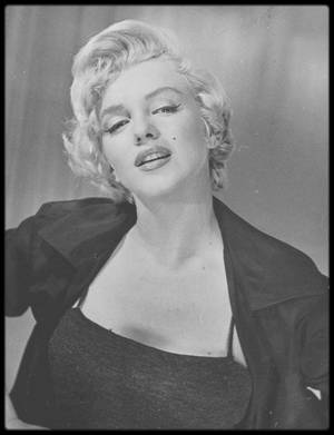"1954 / DEUX PORTRAITS RARES de Marilyn faisant partie de la collection de la photographe Jean HOWARD ; Marilyn tourne alors ""The seven year itch""."