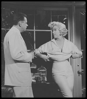 "1954 / Marilyn et Tom EWELL sous la direction de Billy WILDER, lors du tournage d'une scène du film ""The seven year itch""."