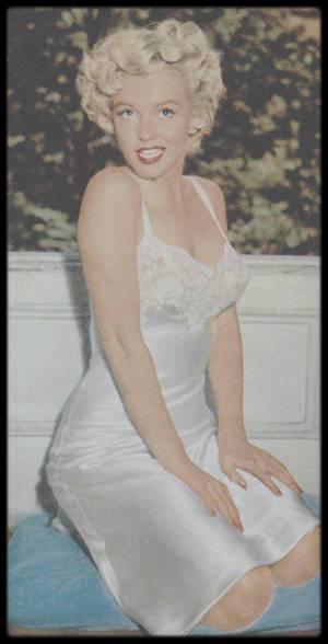 """1954 / Marilyn en nuisette se séchant les cheveux, lors du tournage d'une scène du film """"The seven year itch""""."""