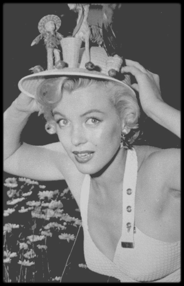 """1951 / (Part II) Marilyn joue le rôle de Harriet, secrétaire dans ce film de Harmon JONES ; Cette petite comédie très américaine dans ses propos moraux (et même moralisateurs), dans ses personnages et dans ses décors, tend parfois presque vers des tons à la Frank CAPRA. Le titre français, """"Rendez-moi ma femme"""", n'est pas très opportun puisqu'il fait allusion à une intrigue de second plan. Le titre original, """"As young as you feel"""", peut se traduire par un """"aussi jeune que tu le sens""""."""