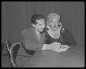 """1952 / Les débuts de Marilyn à la radio sur NBC (dont la première expérience fut en 1946) où elle incarne une meurtrière dans la pièce radiophonique """"Statement in full"""", pour l'émission """"Hollywood Star Playhouse"""", qui sera diffusée en Août de la même année. D'autres stars comme Fred ASTAIRE, Florence GEORGE, Bob HOPE ou encore SINATRA entre autres, se produisirent aussi sur les ondes de la radio NBC."""