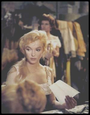 """1956 / Marilyn chante la chanson """"I found a dream"""" dans le film """"The Prince and the showgirl"""". / """"I found a dream"""" ;  Beaucoup de personnes ont pensé que ce n'était pas Marilyn qui interprétait cette chanson, tant sa voix est méconnaissable si on la compare aux autres mais c'est bien elle. Elle n'était pas entraînée pour chanter ce genre de musique d'opérette, mais son personnage en revanche devait l'être, c'est pourquoi elle dût l'interpréter ainsi, avec un vibrato très prononcé. En fait, elle n'aimait pas vraiment cette chanson qu'elle trouvait morne, et inadaptée à sa voix. Le studio refusait qu'elle la chante un ou deux tons en-dessous, alors qu'elle avait beaucoup de mal à atteindre certaines notes."""