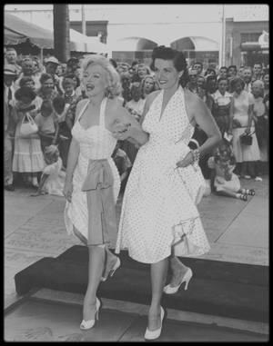 """26 Juin 1953 / (Part VII) Les nouvelles images RARES de Marilyn et Jane RUSSELL au """"Chinese Grauman's Theatre""""."""