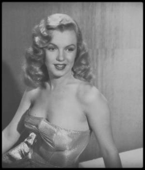 """1949 / PORTRAITS PROMOTIONNELS Studio de Marilyn pour le film """"Love happy"""" par le photographe J.R. EYERMAN."""