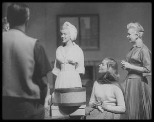"""1953 / RARE / Quand Jean NEGULESCO dirige ses acteurs William POWELL, Betty GRABLE, Lauren BACALL et Marilyn sur le tournage du film """"How to marry a millionaire""""."""