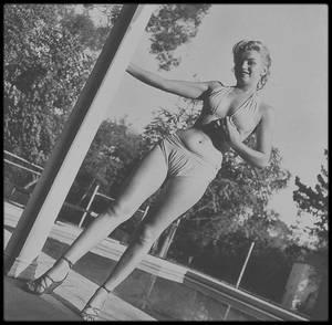 26 Mai 1950 / (Part III) Westwood-Village, Marilyn posant pour le photographe Bob BEERMAN.