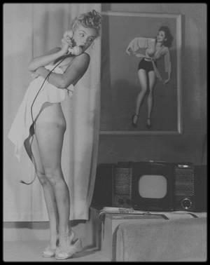 """1946-49 / (Part III) """"Les osées"""" de Marilyn, vue par le photographe de pin-ups, Earl MORAN. / « Tout était naturel, elle faisait toujours tout ce que je lui demandais. Elle était la plus féminine de tous mes modèles. En ce qui concerne son expression devant l'objectif, son maintien corporel était idéal » a confié par le passé Earl MORAN."""
