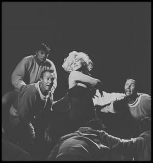 """1960 / Marilyn dans un des numéros musical du film """"Let's make love"""", où elle chante la fameuse chanson """"My heart belongs to daddy"""" (voir paroles de la chanson dans le blog, tag Chanson), final du numéro."""