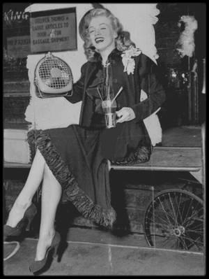 """Juillet 1949 / Marilyn partit à New York pour faire la promotion du film """"Love happy"""" et traversa tout le pays en train. A cette occasion, elle choisit des tenues pour son voyage (trois ensembles en laine, en fait inadaptés à la canicule de l'Est), qu'elle acheta chez """"May Company"""", à Los Angeles. Pour l'anecdote, on la fera poser avec des cornets de glace factices. Elle fut choisie par le magazine """"Photoplay"""" pour remettre le prix d'un concours, """"La maison de vos rêves"""", à la gagnante (voir article dans le blog, tag Concours """"Dream home"""")."""