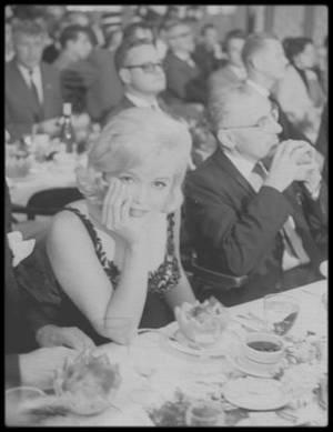 19 Septembre 1959 / (Part VI) Marilyn accompagnée de Joshua LOGAN et de George CUKOR, participe au banquet et discours donnés en l'honneur de la visite de Nikita KHROUCHTCHEV aux Etats-Unis.