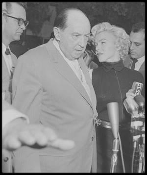 6 Octobre 1954 / (Part IV) Marilyn et son avocat, Jerry GIESLER, annoncent à la presse, devant la maison de North Palm Drive, qu'une procédure de divorce avec DiMAGGIO est engagée.