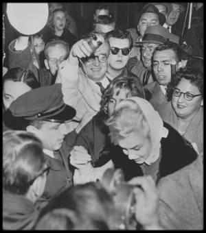 11 Novembre 1960 / (Part II) Ces instantanés montrent Marilyn sortant de chez elle, lors de l'annonce du divorce d'avec MILLER.