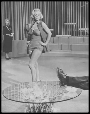 """1953 / Marilyn et son fameux maillot rouge dans une des scènes du film """"How to marry a millionaire"""" de J NEGULESCO."""