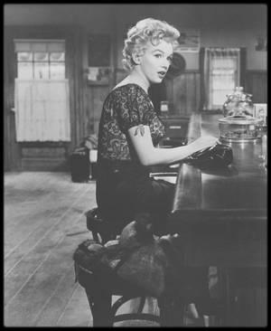 """1956 / Pour les fans en demande, ces huit nouvelles photos de Marilyn sous la direction de Joshua LOGAN, lors du tournage du film """"Bus stop""""."""