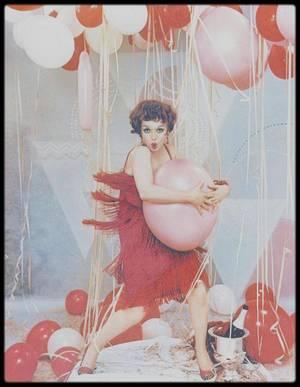 Je souhaite à toutes et à tous, avec ces photos de Marilyn parodiant l'actrice des années 20, Clara BOW, un BON REVEILLON ! (Fab, vas y doucement sur le champ, ça gonfle le ventre et donne des gaz, mdr, bisous).