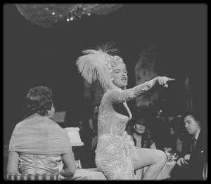 """1954 / Afin de patienter encore un peu, car je reprend tout mon blog avec retraits ou rajouts de nouvelles photos moins contrastées, ces quelques photos de Marilyn dans la comédie musicale """"There's no business like show business"""" (Et toujours biensûr de nouvelles pix)."""