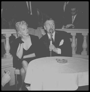 "9 Février 1956 / (Nouvel article, nouvelles photos) Londres, ""Terrace room"" du ""Plaza Hotel"", Marilyn annonce à la presse aux côtés de Laurence OLIVIER, sa future production du film ""The Prince and the showgirl"" ; Milton GREENE ainsi que l'acteur Terence RATIGAN sont présents lors de l'interview."