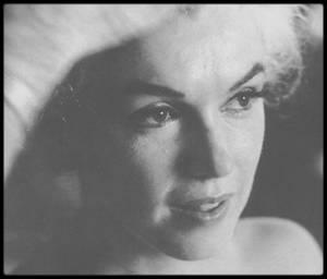 """ACTU / Le livre """"Marilyn 1962"""" de l'auteur français Sébastien CAUCHON consacré aux derniers mois de la vie de Marilyn MONROE sera prochainement adapté en mini-série. (J'illustre l'article avec les dernières photos TRES RARES de Marilyn lors d'une session avec le photographe Bert STERN). / 90 ans après, Marilyn fait toujours l'actualité, comment l'expliquez-vous ?  (S CAUCHON) Elle est restée moderne car elle était en avance sur son temps dans beaucoup de domaines : elle avait monté sa propre société de production, s'impliquait dans la défense des droits civiques, défendait son indépendance… Il ne faut pas non plus oublier qu'elle a été mannequin avant d'être actrice et qu'elle a fait un nombre considérable de photos. Il y a donc beaucoup de matériel encore utilisable aujourd'hui. / Pour votre livre, vous avez longuement enquêté sur l'entourage proche de la star dans ses derniers instants, mais le mystère de sa mort reste, encore, entier. Pourquoi ? (S CAUCHON) Parce que cela fait 54 ans ! ET que l'enquête a été bâclée, laissant hélas la place aux partisans de la thèse du complot pour se répandre… /  En tant que spécialiste de Marilyn, en quoi continue t-elle de vous fasciner ? (S CAUCHON)  C'était une excellente actrice, une fille drôle et spontanée, d'après ses proches, et surtout une bosseuse et une perfectionniste incroyable : 30 films en 16 ans tout de même. J'aime la complexité de la femme et du personnage dont on n'aura jamais, je pense, fait le tour de toutes les facettes. Aujourd'hui, elle aurait eu 90 ans. / Comment aurait-elle vieilli selon vous ? (S CAUCHON)  Bien avec un peu de chance et elle aurait je crois adoré connaître les réalisateurs du Nouvel Hollywood !  (""""Marilyn 1962"""", Sébastien CAUCHON, éditions Stock)."""