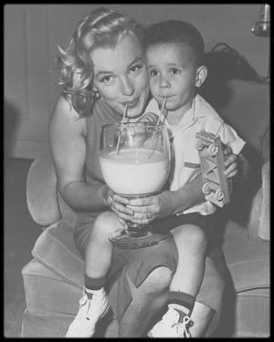 """1958 / UNE STAR AU GRAND COEUR / En effet, tout au long de sa vie, Marilyn mettait à profit sa notoriété pour aider diverses associations caritatives, en faisant elle même des dons généreux pour aider diverses causes, notamment celle du """"March of Dimes""""."""