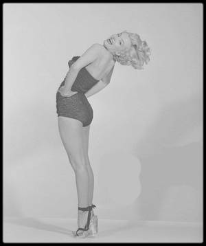 "1951 / FUNNY Marilyn sur des photos promotionnelles pour le film ""Love nest"", du photographe Frank POWOLNY."