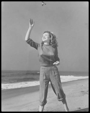 1945 / Young Norma Jeane by Andre DE DIENES. (nouvelles photos).