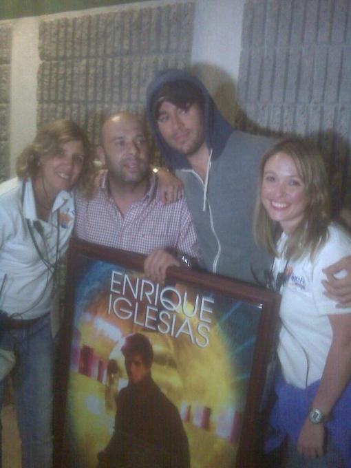 Enrique reçoit un prix avant de monter sur scène !!!