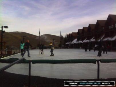 28/11: Selena et Justin était à la patinoire puis, en ville