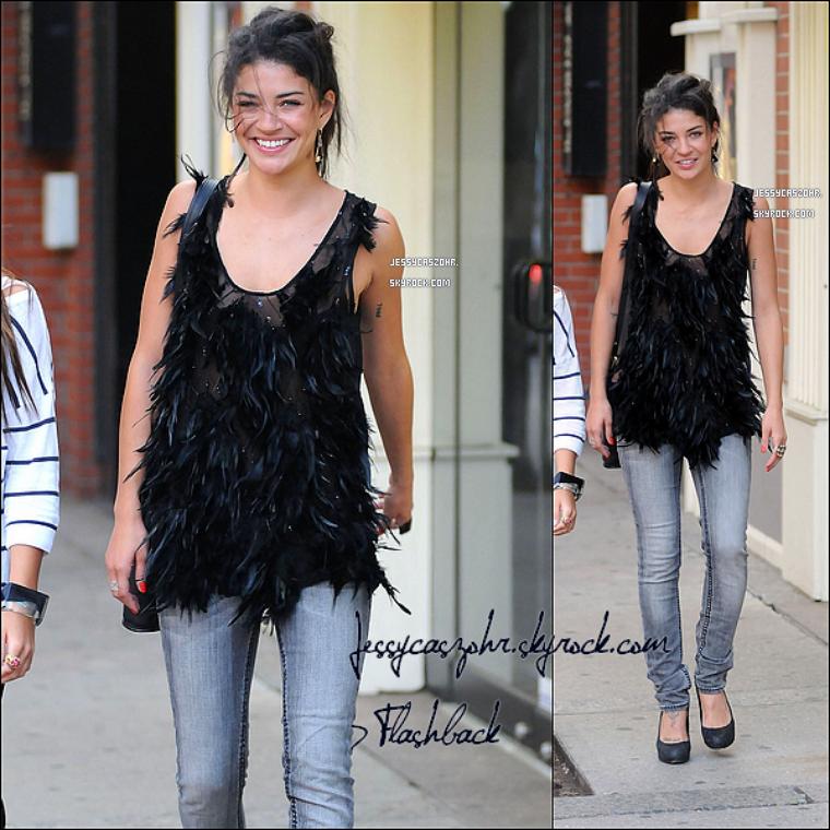 *16/06/2010 - Jessica avait été vue se promenant dans les rues de Toronto avec une de ses amies (au Canada) . *