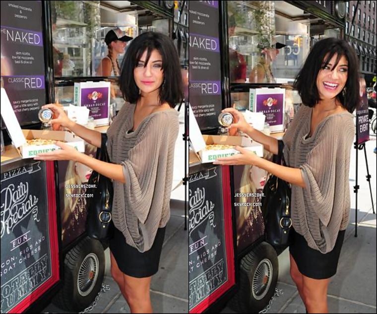 *12/09/2011 -  Jessica toute souriante  s'est arrétée au  magasin 'Urban Decay Pizza' où elle y a achetée des Pizzas. *
