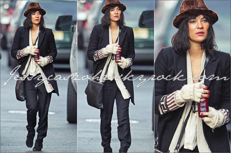 *9/12/11 *-* Jessica a été apercue quelque part dans New York City prenant un taxi. - BIG FLOP. *