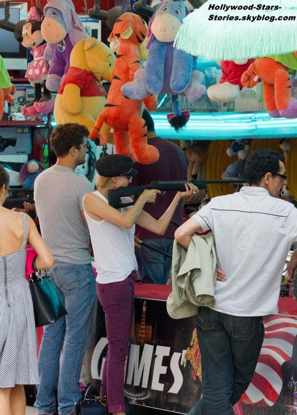 Balade romantique pour Diane Kruger et son petit copain Joshua Jackson dans les rues de Paris. Jeudi, 05 juillet