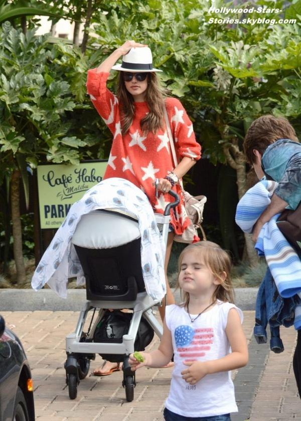 Alessandra Ambrosio, qui porte les couleurs de son pays à l'occasion de la fête de l'indépendance, son fiancé Jamie Mazur et leurs deux enfants Anja et Noah en balade à Malibu. Mercredi, 04 juillet