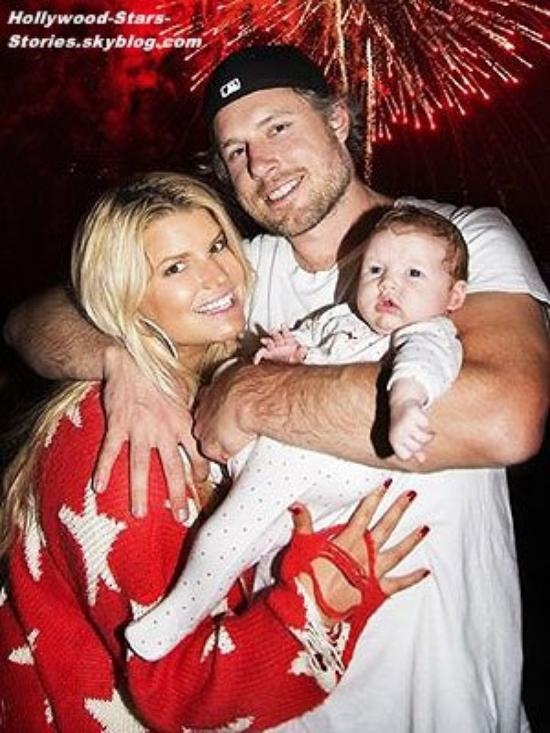 Jessica Simpson a posté une photo d'elle avec son fiancé Eric Johnson et leur fille de 2 mois Maxwell fêtant l'indépendance américaine, sur son compte Twitter.