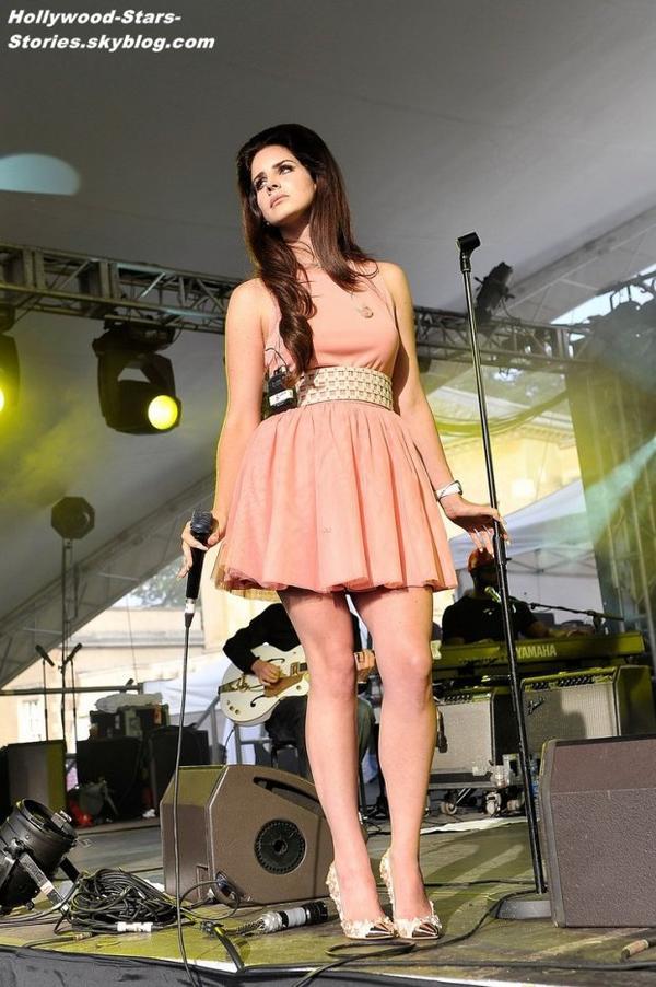 Lana Del Rey monte sur scène au House Festival à Londres, en Angleterre. Jeudi, 05 juillet