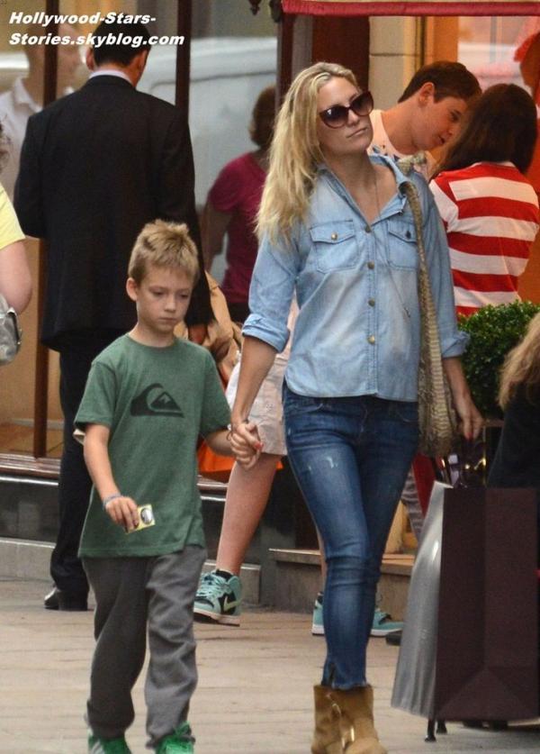 Kate Hudson et son fils de 8 ans Ryder dans les rues de Paris. Jeudi, 05 juillet