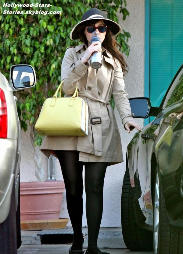 Zooey Deschanel dans les rues de West Hollywood, en Californie. Jeudi, 05 juillet