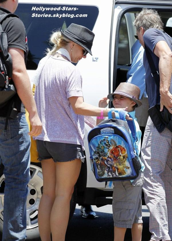 Britney Spears, son fiancé  Jason Trawick et ses deux fils Sean Preston et Jayden James à l'aéroport de Maui, à Hawaii : fini les vacances, direction Las Angeles. Vendredi, 06 juillet