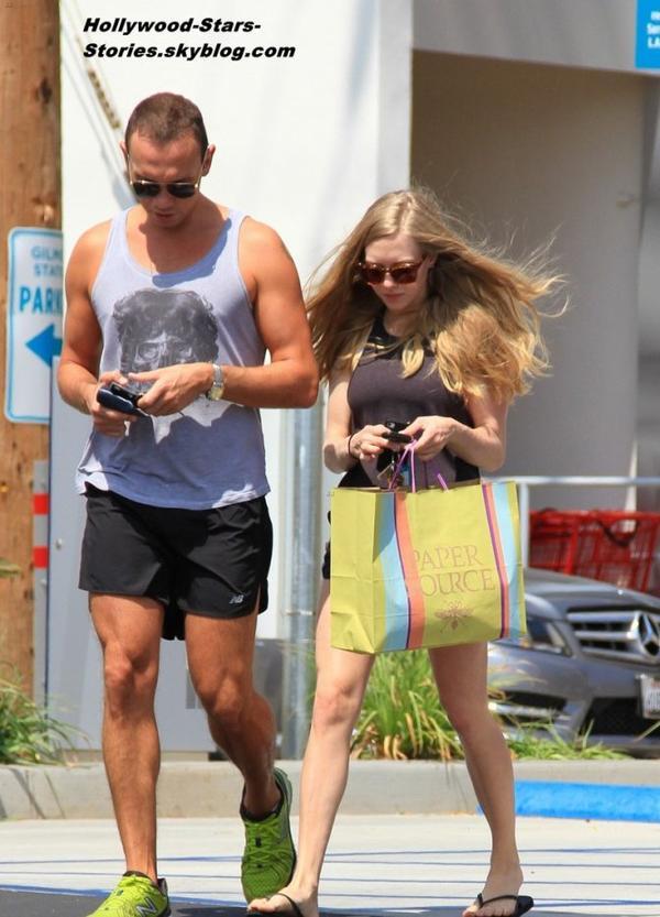 Amanda Seyfried et un ami dans les rues de West Hollywood, en Californie. Jeudi, 5 juillet