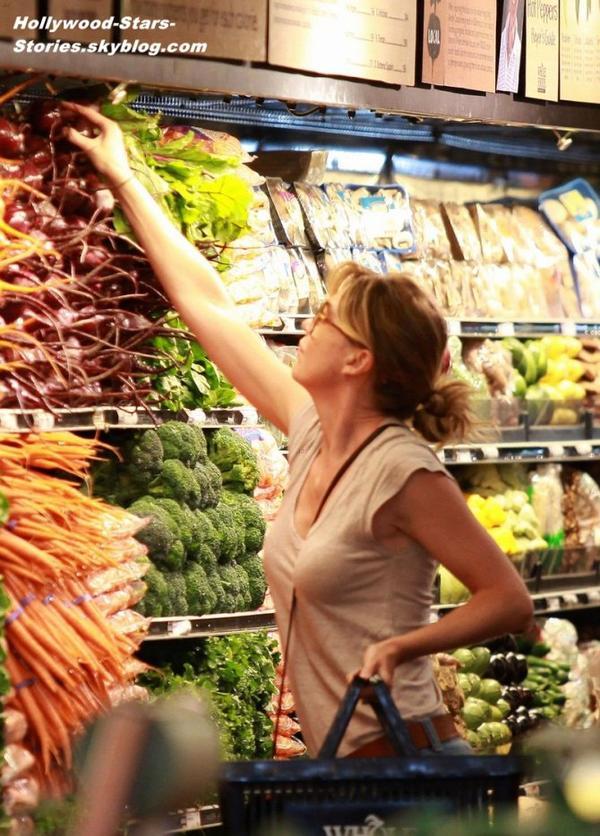 Ellen Pompeo faisant ses courses au marché de West Hollywood, en Californie. Jeudi, 05 juillet