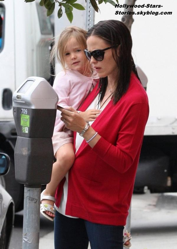 Jennifer Garner dans les rues de Santa Monica avec son adorable fille Seraphina. Vendredi, 06 juillet