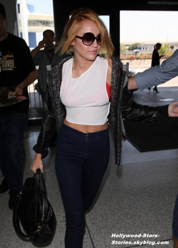 Miley Cyrus à l'aéroport LAX de Los Angeles. Vendredi, 06 juillet