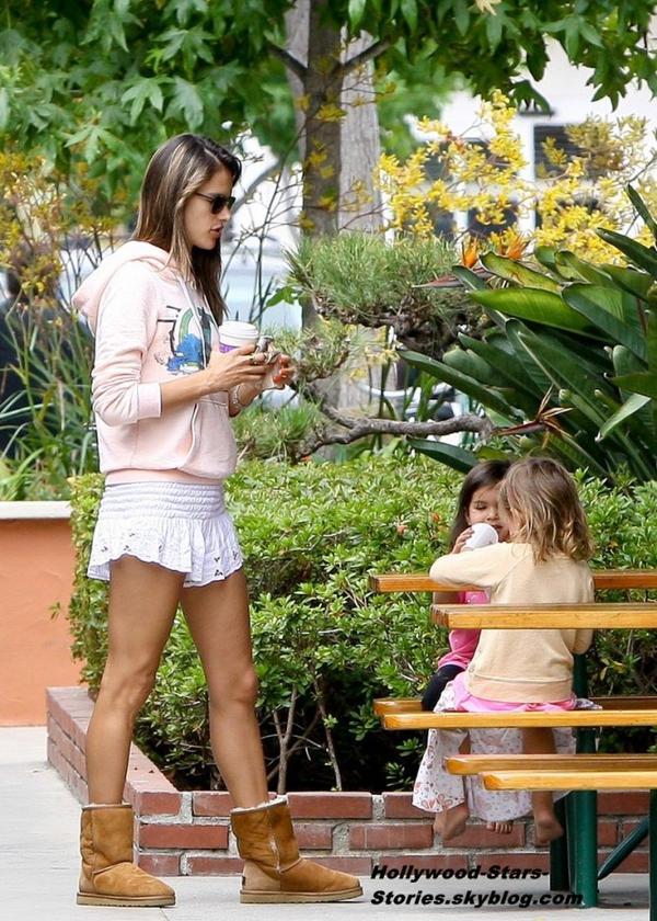 Alessandra Ambrosio est allé prendre un café avec son fiancé Jamie Mazur et leur fille Anja à Malibu, en Californie. Vendredi, 06 juillet